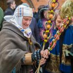 Litwinka w stroju ludowym z palmami